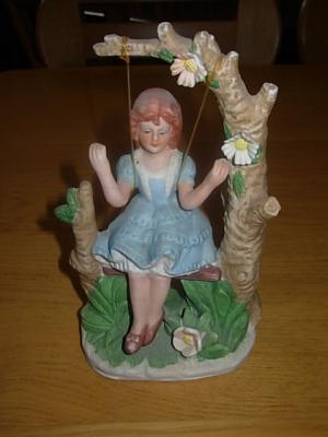 č.781 keramická soška dívky