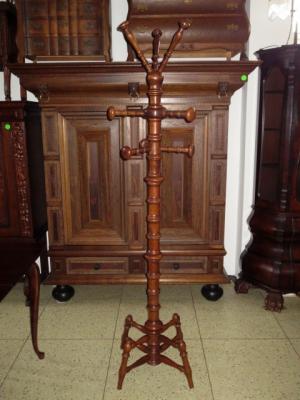 č.73 věšák stojací dřevěný