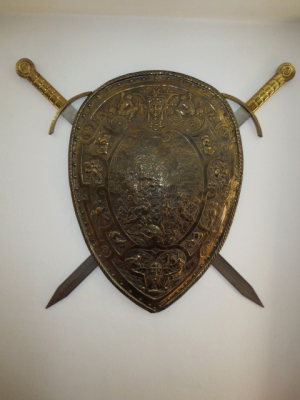 č.1338 mosazný štít + 2 meče