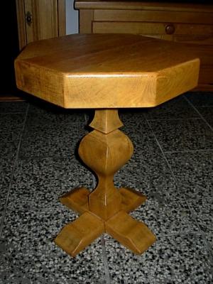 č.245 stolík dřevěný osmihran